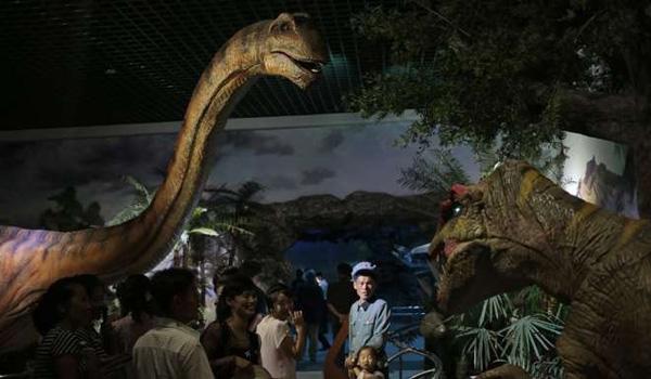 图为天然前史馆里的恐龙