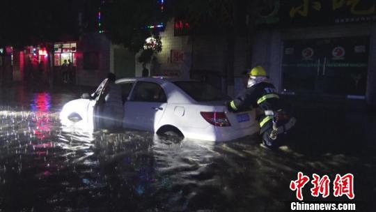8月24日傍晚,甘肃平凉静宁县突遭暴雨,雨量最大处达85毫米。 平凉消防官方供图 摄