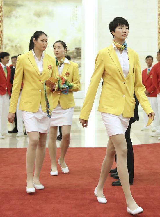 这是参加会见的运动员颜妮、魏秋月和袁心�h(从左至右)。新华社记者兰红光摄
