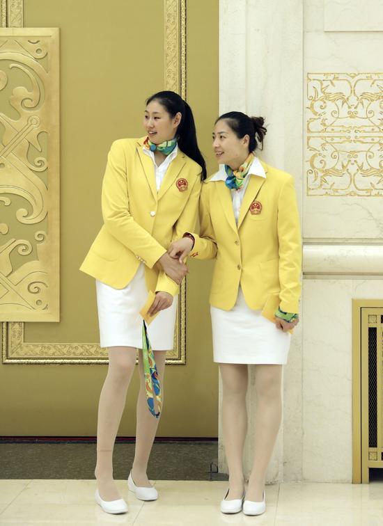 这是运动员颜妮(左)和魏秋月在会见前交谈。新华社记者兰红光摄
