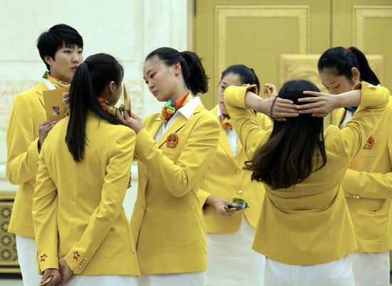 这是中国女子排球队运动员在会见前交谈。新华社记者马占成摄