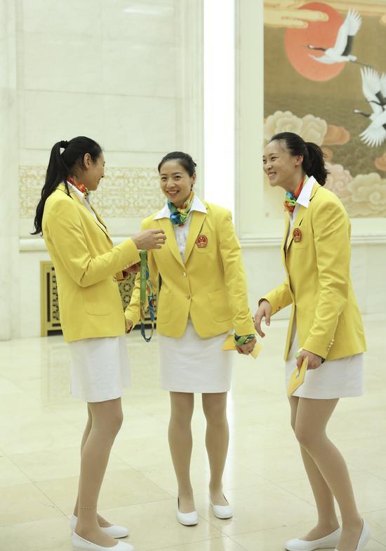这是运动员颜妮、魏秋月和惠若琪在会见前交谈(从左至右)。新华社记者兰红光摄