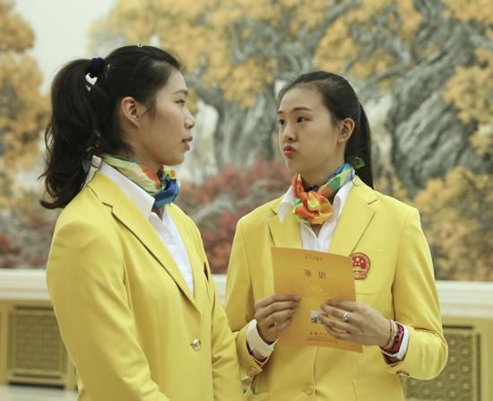 这是运动员徐云丽(左)和张常宁在会见前交谈。新华社记者兰红光摄