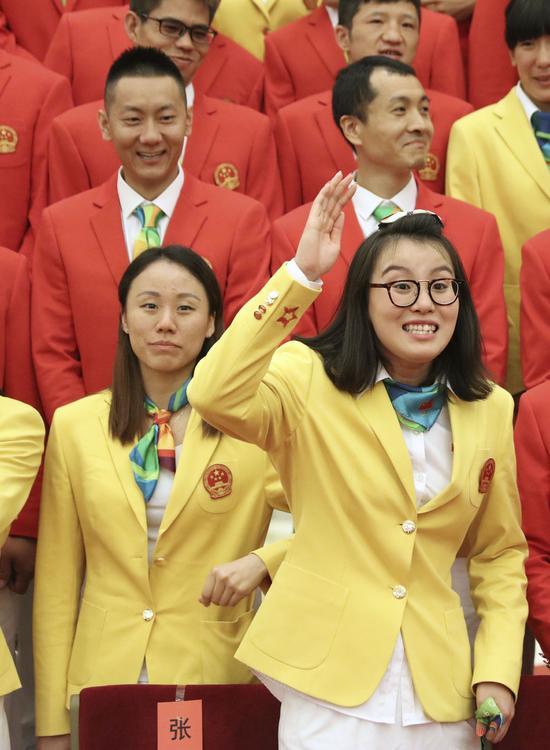 这是参加会见的运动员傅园慧(前排右)。新华社记者兰红光摄