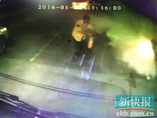 车载监控视频记录了公交车司机潘师傅救火时的情形,当时只有他一个人下车救火。