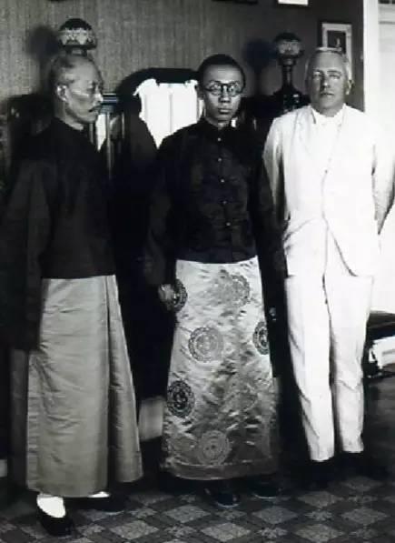 溥仪(图中)与老师庄士敦(右一)。