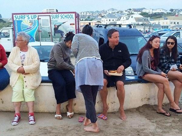 原标题:接地气!英前首相卡梅伦生活悠闲 人群中吃薯条