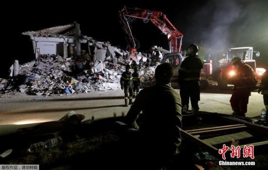 地震于当地时间8月24日凌晨3时36分发生,震中位于罗马东北面100公里的翁布里亚大区佩鲁贾省诺尔恰市附近,震源深度10公里,属极浅层地震。图为救援人员在倒塌的房子中搜寻幸存者。