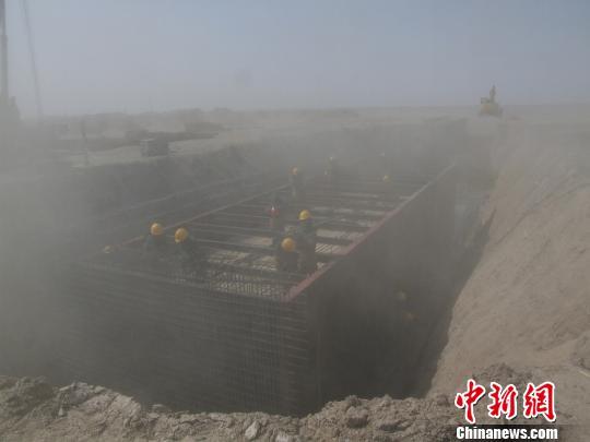 大漠戈壁的施工现场常常飞沙走石。火箭军某工程部队供图