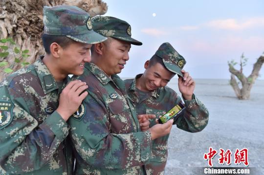 工作的保密性让工程兵战士与家人常年分居,想念家人时只能看看手机上的照片。火箭军某工程部队供图