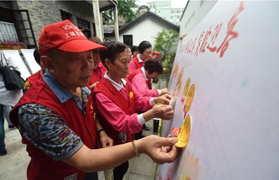杭州市市民在社区自发做起欢迎展板(图片来自网络截图)