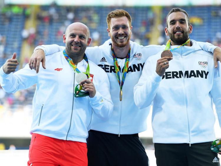 波兰铁饼运动员皮奥特·马拉乔斯基(左)在里约奥运会上赢得银牌。(网页截图)