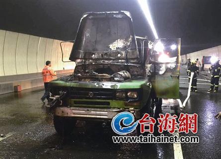 昨日下午,天马山隧道内,一辆环卫洒水车行驶中突然引擎盖起火。