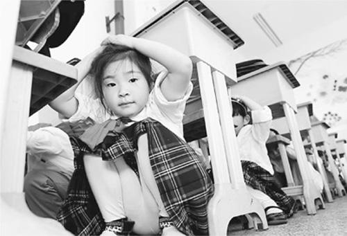 江苏省连云港市赣榆区实验小学学生在进行防灾减灾演练