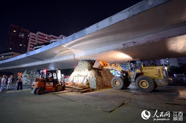 """当晚9时30分,随着最后一辆小车从永和门立交桥的驶出,立交桥正式封闭。空无一人的立交桥终于告别了往日的喧嚣,站完了自己的""""最后一班岗""""。"""