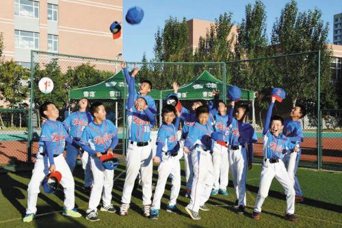 8月27日,辽宁省第三届中小学生大班教案展示大软式棒垒球表演在铁岭体育比赛游戏《舞龙舞狮》阳光图片