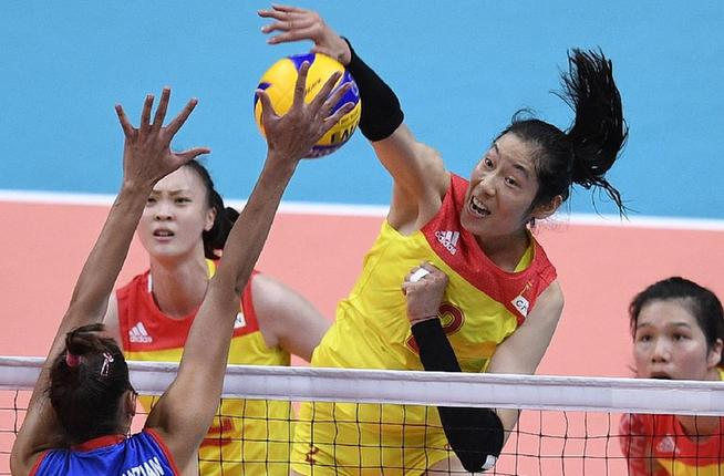 8月20日,在2016年里约奥运会女子排球决赛中,中国队以3比1战胜塞尔维亚队,夺得冠军。这是中国队球员朱婷(右二)在比赛中进攻。新华社记者王鹏摄