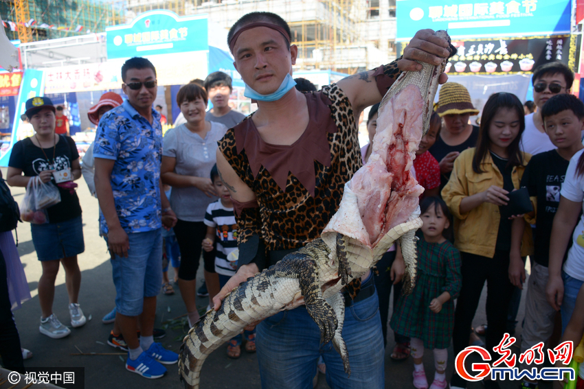 烤串30元一串,张牙舞爪的鳄鱼被端上餐桌,引来不少顾客围观。
