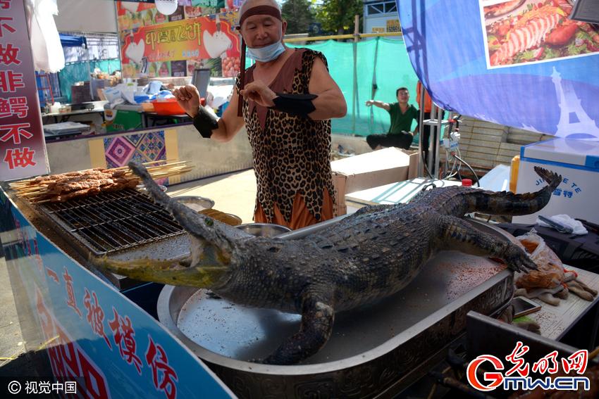 据了解,被屠宰的鳄鱼为人工饲养长大,可进行商业贩售,鳄鱼肉可以提升人体免疫力,具有较高的营养价值。