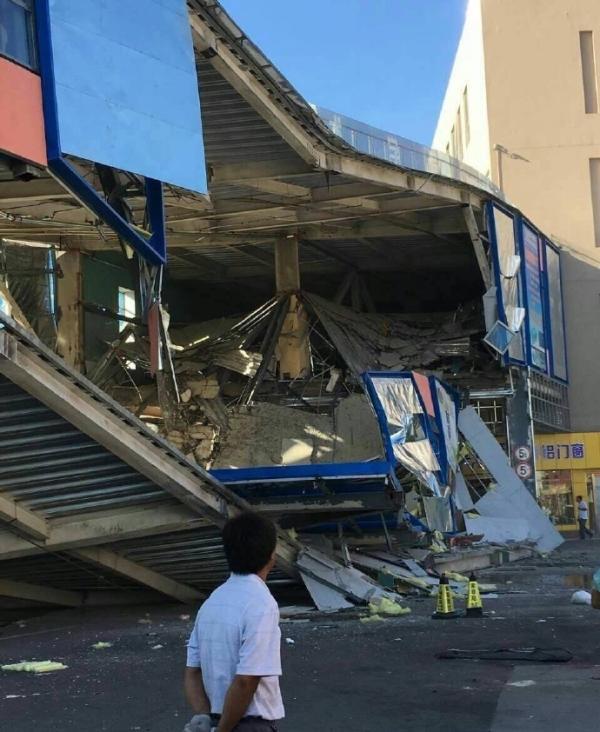 北京一过街天桥坍塌:或系私自改建,目击者称有施工人员掉落