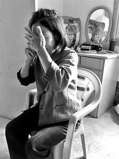 郑金锋母亲林英谈到儿子掩面痛哭