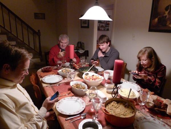 吃饭=刷朋友圈?专家:吃饭玩手机变胖概率增34%