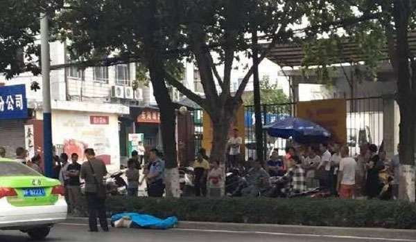 男子被人从小区背出后遗弃于路边。图片来自网络