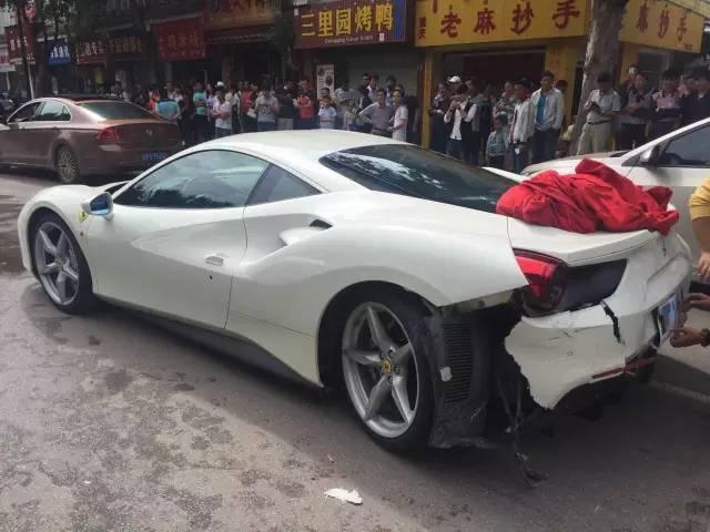 昨日一早,不少丽江市民的朋友圈被两辆上海牌照的法拉利刷了屏。这两辆豪车为避让前方突然窜出的一只横穿马路的小狗,造成车祸,所幸事故中没有人员伤亡。