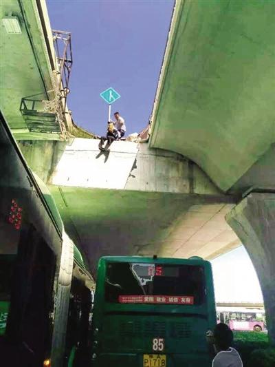 昨日下午2点多,联系不到男友,心灰意冷的女大学生要跳高架桥,被两位公交车长救下。