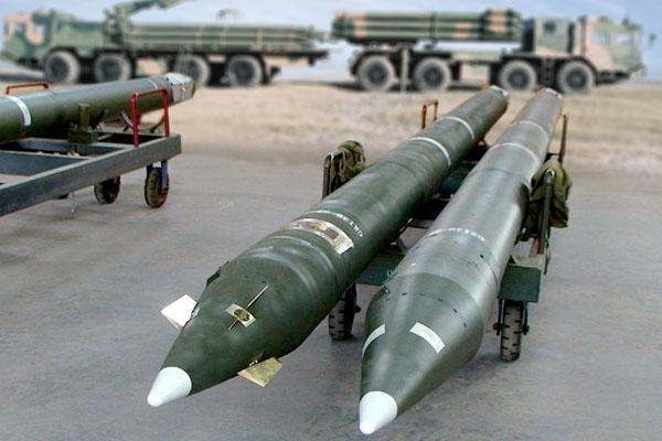 火龙140A型300毫米制导火箭弹(左)