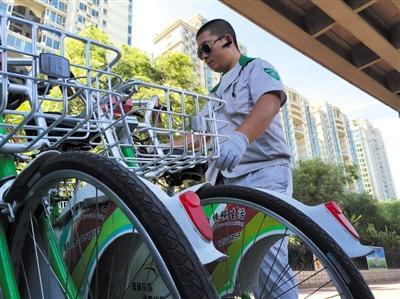 8月29日,通州八里桥地铁站外的自行车租还点,调理员正在整顿没有停入锁车位的车辆。