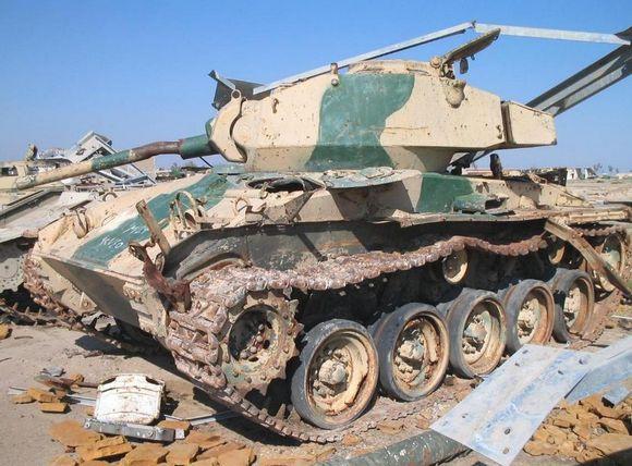 在伊拉克发现的M24霞飞轻型坦克,迷彩颇有中东军队风格,保养状况...