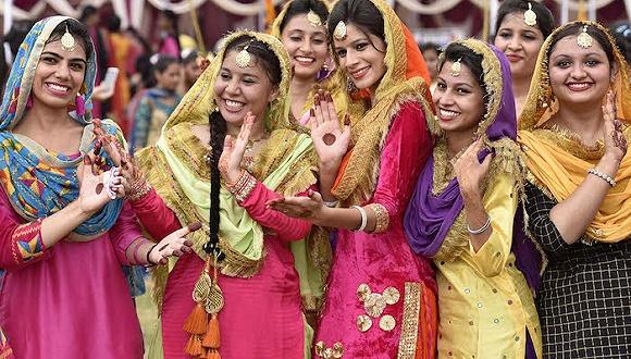 艳服的印度女人。图像来历:视觉国家