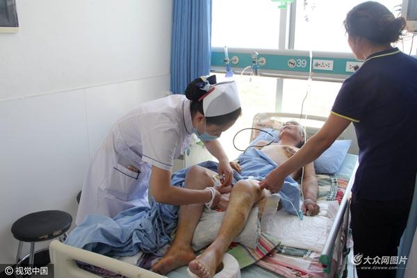 2016年8月29日,山东东营,76岁的于爱英老人在东营市人民医院接受治疗,身上多处受伤。日前,老人遭到儿子儿媳虐待,左侧乳房被用烙铁烫伤。