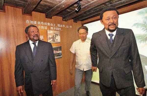 让·平参观在温州的祖居,在北跨院有他和父亲程志平拉手前行的人物蜡像