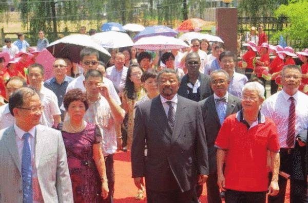 让·平2013年7月3日携全家回温州寻根,受到程氏宗亲夹道欢迎
