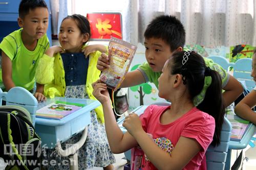 学生查看食品外包装,了解辨别问题食品知识。中国经济网记者韩肖/摄