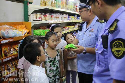 丰台区食药监工作人员在超市内向学生代表介绍购买安全食品的注意事项。中国经济网记者韩肖/摄