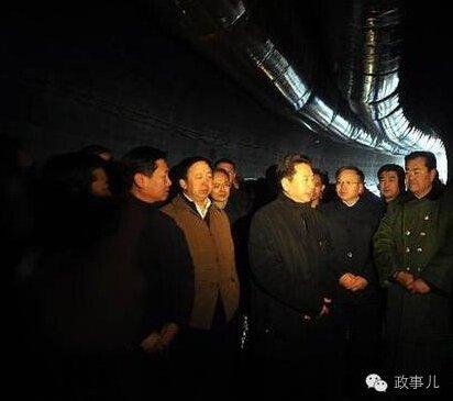 2013年1月1日李小鹏在吕梁山隧道1号斜井查看隧道情况。