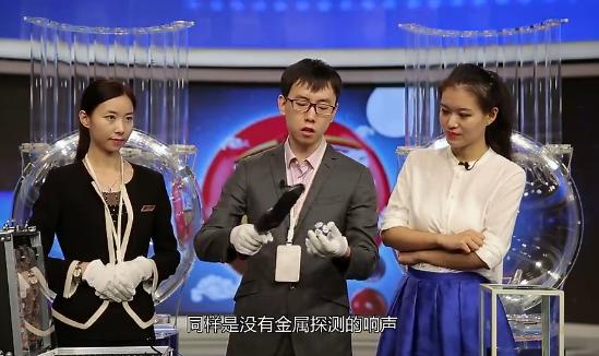 近日《福彩演播室》最新一期节目来到了中国福利彩票发行管理中心,就大家关心的双色球能否被操纵的问题展开了调查。记者在双色球摇奖直播现场对现役摇奖球先后进行了直径检测、重量检测等实验,最后切割摇奖球的环节更是福彩历史上首次对媒体展示摇奖球的内部情况。