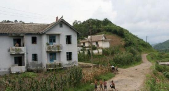朝鲜农村房竟比中国好 居民喜欢互相借衣穿(组图)图片