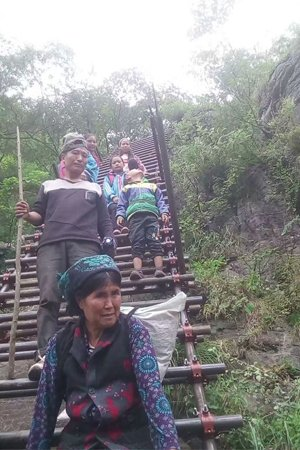 8月31日,乡民陈古吉带孩儿走新建好的钢筋布局梯道下山 。本地乡民陈古吉供图
