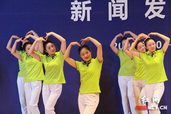 """发布会之后,还现场表演了由湖南省文化馆创编的""""我们都来跳""""社会主义核心价值观原创广场舞。"""