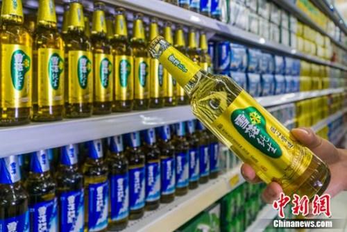 中新网8月31日电近日,华润啤酒(控股)有限公司在香港公布2016年中期业绩报告。据华润啤酒控股中期业绩报告显示,2016 年1-6月份,华润啤酒控股应占溢利人民币6.05 亿元,较去年同期增长45.1%;未计利息及税项前盈利较去年同期上升40.2%至人民币16.57 亿元,业绩增长稳健符合市场预期。