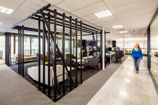 原标题: 新西兰运动品牌公司创意办公空间   户外运动公司Kathmandu 的新总部办公室位于新西兰 克莱斯特彻奇,办公室的设计最重要的一点就是要与该运动公司的价值观和目标相一致。Kathmandu 对社会和环境有强烈的责任感,职员一定要在健康、高效且多产的环境下工作。办公共有三层空间,设计的主题必须贯彻到每一层,公司的价值观(政治、智慧、爱旅行和冒险、有激情和决断力、爱护环境)要在结构和材料上有所体现。   一楼空间是公共区域和私人区域之间的过渡,混合了城市和户外探险的旅程,从地震区回收的木材被用