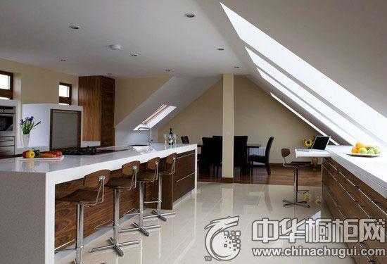 这个阁楼厨房以白色为主色调,白色的橱柜搭配白色的墙面,大面积的窗户将阳光洒进家中,让小阁楼完全摆脱了昏暗潮湿的印象,反而显得通透而明亮。