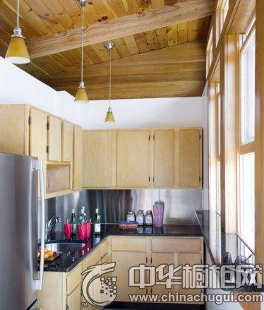 这个阁楼厨房面积虽然不大,但采用L型的橱柜将空间得到最大化的利用。墙边大大的窗户,阳光透过窗户照射进来,让阁楼厨房显得通透而明亮。冰箱正好摆放在橱柜旁,烹饪时方便拿取食物。