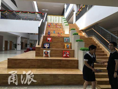 (学生阅读休息的木质台阶)