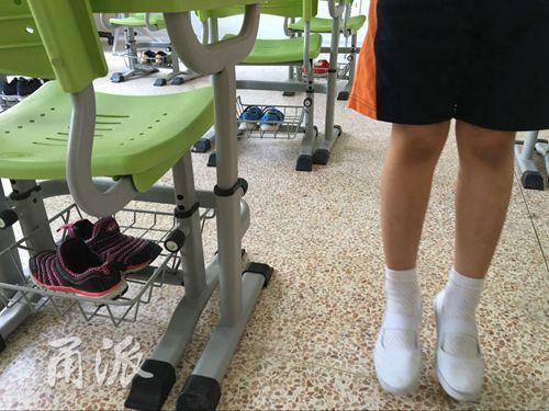 (同学们进学校都要换上干净的体操鞋)