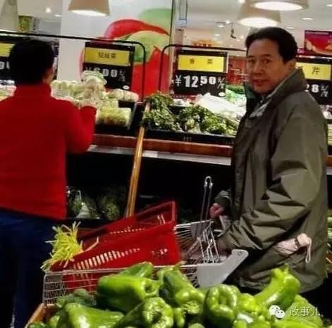 今年2月12日,农历正月初五上午,在山西太原的一家超市内,一网友偶遇李小鹏陪夫人逛超市买菜。这位网友拍摄了一组图片。